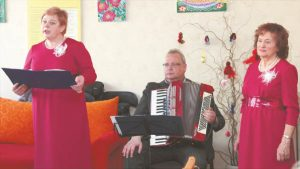 J. Kižienei (dešinėje) kūrybą perteikti padėjo L. Isodienė ir G. Difartas.