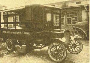 Štai toks autobusas 1923 m. kursavo maršrutu Lazdijai–Krosna–Marijampolė–Kaunas.