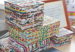 """Parodos lankytojai žavisi Jolitos spalvingai """"aprėdytomis"""" dėžutėmis."""