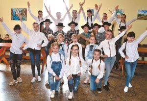 """Šeimininkai: Kalvarijos kultūros centro jaunučių šokių kolektyvas """"Jurginėlis"""" (vad. Loreta Vasikonytė)."""
