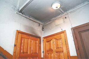 Apie name kilusį gaisrą dar vis primena aprūkusios sienos ir durys.