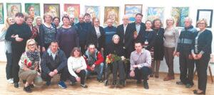 Nedos Daugulienės parodos atidaryme dalyvavo daug ją palaikančių žmonių.