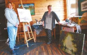 Edita Mališkienė ir Jurgita Braziūnienė erdvią patalpą pavertė dailės studija. Kartu su jomis dirbo liudvinavietis Vytautas Buslys.