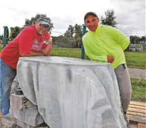 Tomas Žukauskas (dešinėje) su Zigmu Buterlevičiumi prie stalą simbolizuojančio kūrinio.