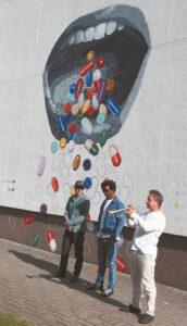Menininkas iš Niujorko E. Elyzej pristato savo darbą ant Pirminės sveikatos priežiūros centro sienos Bažnyčios g.