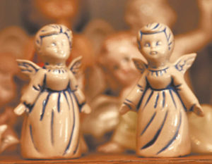 Kolekcijoje – ir iš Vatikano parvežtos šventintos angelų figūrėlės.