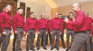 Italų chore dainuoja apie dvi dešimtis trijų kartų vyrų (vadovas Alesio Lavina dešinėje).