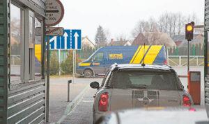 Kybartų kelio poste dirbantys muitinės pareigūnai, esant reikalui, kontrabandiniams kroviniams aptikti naudoja modernią įrangą.