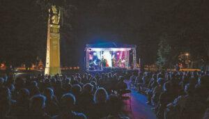 Skambantis, pilnas žmonių Vytauto parkas po rugpjūčio dangumi...