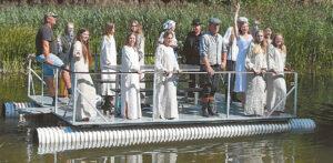 """""""Žalio sodo"""" ir vaikų bei jaunimo studijos """"Gaja"""" nariai atplaukė sutikti svečių (juk šių metų temos siejasi su vandeniu...)."""
