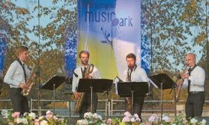"""Latvijos saksofonininkų kvartetas """"Atomos"""" pristatė programą """"Dž. Rosinis šoka rumbą""""."""