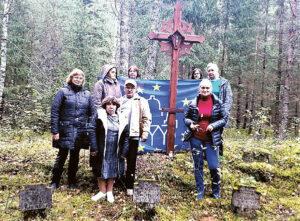 Grupė išvykos dalyvių prie I pasaulinio karo karių kapų.
