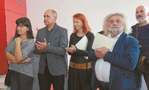 Šakių tautodailininkus daug metų globojantis Vidas Cikana (dešinėje) nutarė parodyti savo įspūdingus darbus – ir sėkmingai.