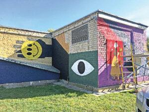 Ant bibliotekos sienų kuriamas grafitis.