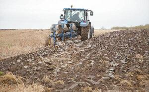 Mokslininkai sako, kad ūkininkai, ardami žemę, dažnai persistengia ir suaria ne tik viršutinį dirvos sluoksnį, bet ir podirvį.