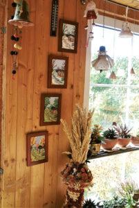 Siuvinėti paveikslėliai puošia ne vieną namų erdvę.