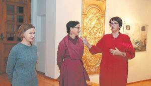 Parodą pristato (iš kairės) menininkės iš Kauno Giedrė Kriaučionytė, Monika Žaltauskaitė-Grašienė ir menotyrininkė, profesorė dr. Rasa Žukienė.