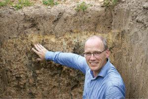 Mokslininkas J. Volungevičius sako, kad dirvožemio eroziją lemia ir gamtos veiksniai, ir žmogaus ūkinė veikla.