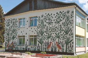 """Piešiniai ant lopšelio-darželio """"Rūta"""" fasadų sukurti pagal Lietuvos karpinių klasikės Julijos Daniliauskienės kūrinius."""