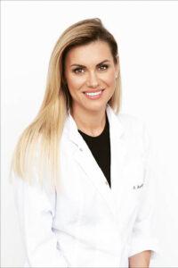 Anot odontologijos skyriaus vadovės, burnos higienistės Sandros Burčikaitės, tik taisyklinga asmeninė burnos ir dantų priežiūra namie bei reguliarus profesionalios burnos higienos atlikimas pas kompetentingus specialistus gali užtikrinti gerą dantų bei burnos higieną ir užkirsti kelią sunkioms bei ilgo gydymo reikalaujančioms ligoms.