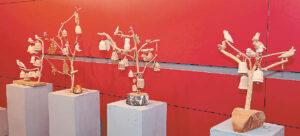 Štai tokie Gyvybės medžiai, kuriuos tautodailės specialistai palygino su garsiojo Liongino Šepkos darbais...