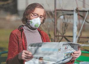 Ponia Janina savo kieme jau pavasario sezoną atidarė, terasoje stalą, kėdes pasistatė – lauke gera ir laikraštį paskaityti.