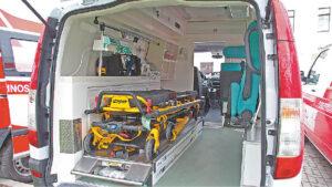 Greitosios pagalbos automobiliai paruošti transportuoti ligonius, sergančius įvairiomis ligomis.