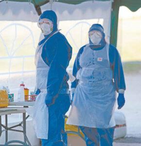 Medikai, gabenantys infekuotus ligonius, dirba su ypatinga apsauga.