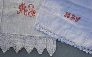 Gale siuvinėtais inicialais ir monogramomis moterys rankšluosčius puošdavo visoje Lietuvoje.