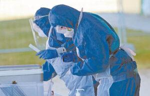 Dėl COVID-19 protrūkio testuojami medikai, personalo darbuotojai, pacientai.