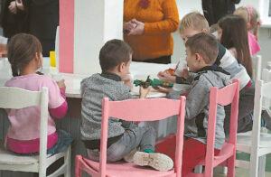 Tėvai turėtų stengtis vaikui sudaryti kuo daugiau kalbinio bendravimo galimybių.