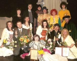 """2007-ieji – Kalvarijos teatras po """"Aukso paukštės"""" apdovanojimų ceremonijos. Įvertintas ne tik už R. Kaškausko """"Meilės keturkampį"""", bet ir nuoseklų ilgametį darbą."""
