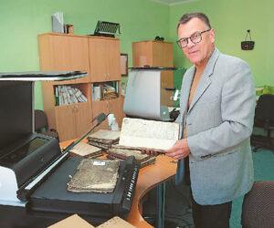Rimvydas Urbonavičius sako, kad jam, kaip istorikui, džiugu ne tik dėl savęs – senuosiuose raštuose dar slypi daug neatrastos informacijos... Ričardo PASILIAUSKO nuotraukos