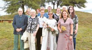 Atminčiai prie Aušrakalnio: Mykolaičių giminės atstovai, organizatoriai, svečiai.