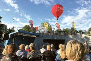 Virš Poezijos parko pakibęs oro balionas – LIONS klubo dovana festivalio gerbėjams. Autorės nuotrauka