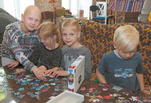 Kol tėvai diskutuoja, vaikai greitai susidraugauja, suranda bendros veiklos.