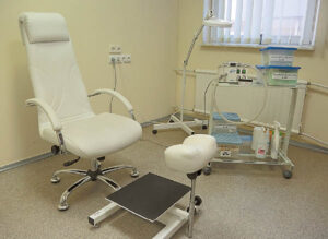 Neskausminga diabetinio pedikiūro, opų gydymo procedūra atliekama specialia įranga.