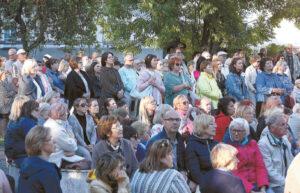 Vienuolyno sode tilpo gausus būrys klausytojų.