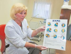 Slaugytoja diabetologė Daiva Lelkienė gydytojų atsiųstus pacientus moko, kaip gyventi su liga, gydo atsivėrusias opas, atlieka diabetinį pedikiūrą.             Ričardo PASILIAUSKO nuotraukos
