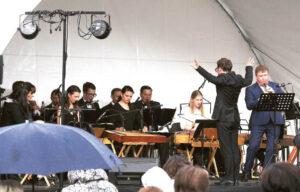 """Į """"Lietuvos"""" ansamblio atvežtą koncertą susirinkusių žiūrovų lietus neišbaidė. Redos BRAZYTĖS nuotraukos"""