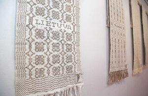 Lino rankšluostis buvo ir tebėra naudojamas ir kasdien (paprastesni), ir svečiui rankas nusiplovus paduoti, ir seklyčioje gražiausią pakabinti, vietoje staltiesės... Buvo ir liūdnosioms apeigoms skirtų – jų parodoje irgi yra.