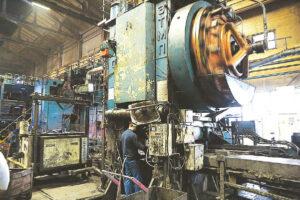 Pramonės įmonės pasitelkdamos naujas technologijas siekia mažinti žmonių rankų darbo.