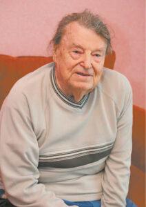 """Jonas ULDINSKAS, inžinierius elektrikas nuo 1954 m., vienas iš tų, kurie į Marijampolę """"atnešė"""" šviesą."""