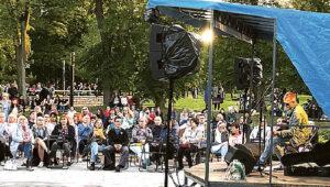 D. Žvirblis lankytojus pritraukia ne tik dainų muzika, bet ir prasmingais tekstais. Erikos STANKEVIČIENĖS nuotrauka