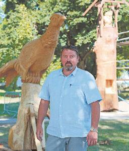 Seniūnas R. Lekeckas džiaugiasi pagaliau įgyvendinęs savo svajonę – į Šunskus sukvietęs medžio meistrus.
