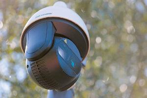 Kameros gali sukiotis. Šiuo metu vaizdo stebėjimo operatoriai stebi miestą ir sprendžia, kuriuo metu į kurią pusę reikalinga nukreipti įrenginių objektyvus.