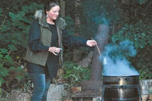 Kultūrinio darbo organizatorė Eglė Alenskaitė – ir koncerto dalyvė, ir arbatos virėja.