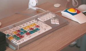 Neįgaliesiems reikalinga speciali kompiuterio klaviatūra, pelė, o kai kuriems – ir laikiklis rankai. Ričardo PASILIAUSKO nuotraukos