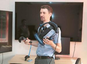 Būrelio vadovas informatikos mokytojas Juozas Milius aprodė centro turimą įrangą. Ričardo PASILIAUSKO nuotraukos