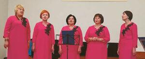 """Scenoje – renginio šeimininkės, ansamblio """"Mozaika"""" dainininkės."""